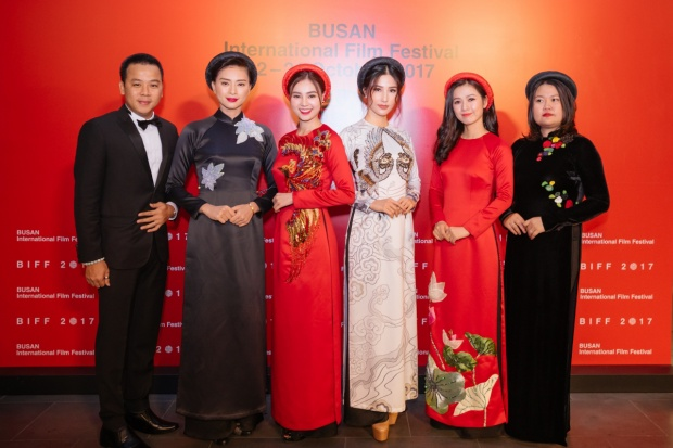 """Dàn diễn viên """"Cô Ba Sài Gòn"""" tạiLiên hoan phim Quốc tế Busan 2017."""