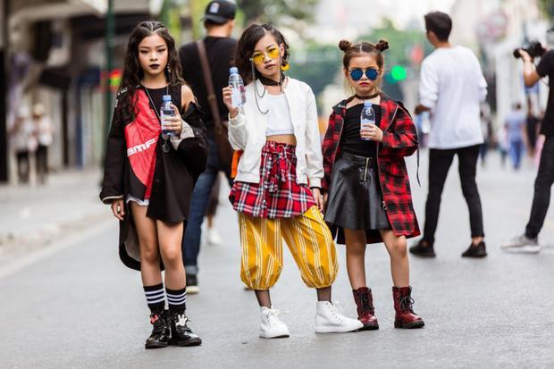 """Với những gam màu nóng cùng với lối trang điểm đậm, bộ ba cô bé vô cùng """"ngầu"""" so với độ tuổi của mình."""