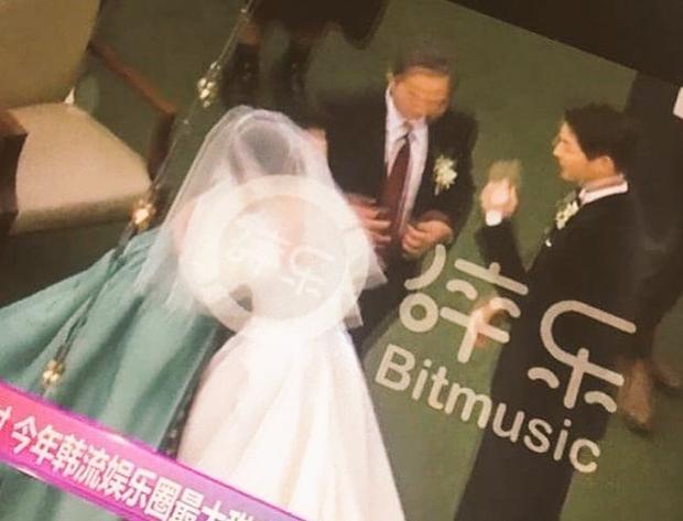 Mẹ Song Joong Ki ôm chặt lấy con dâu mới.