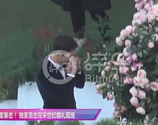 Song Joong Ki bật khóc trong hạnh phúc.