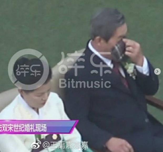 Bố của Song Joong Ki không giấu nổi xúc động.