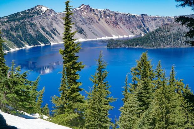 Hồ Crater thuộc dãy núi Cascade của Oregon, được hình thành bởi một ngọn núi lửa đã tắt. Hiện tại nó là hồ sâu nhất nước Mỹ và là một trong những điểm tham quan tuyệt vời nhất của bang.