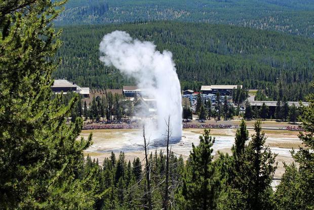 Mạch nước ngầm Old Faithful, Wyoming là mạch nước đầu tiên trong Vườn quốc gia Yellowstone được đặt tên. Đừng bỏ lỡ cảnh tượng phun trào của nó khi ghé thăm công viên này nhé!
