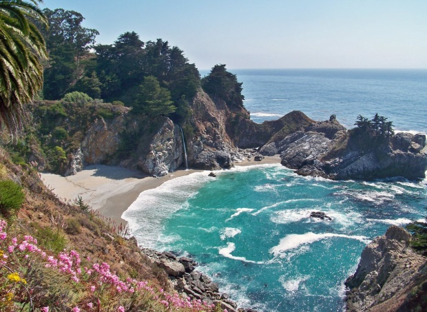 Thác McWay cao 80 foot nằm ở California, trực tiếp chảy vào Thái Bình Dương và bất cứ ai cũng có thể nhìn thấy sự quyến rũ của nó khi đi qua đại lộ Highway 1.