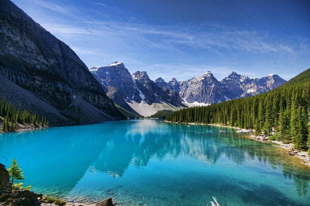 Hồ Moraine, Canada với màu xanh lam nguyên sơ và trong suốt. Không có gì ngạc nhiên khi nó là điểm đến và nơi nghỉ ngơi hàng đầu tại Canada.