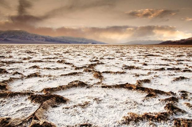 Thung lũng Chết, California là nơi nóng nhất, khô nhất và có độ sâu dưới mực nước biển thấp nhất ở Bắc Mỹ. Mặc cho tên gọi đáng sợ, nơi đây vẫn có sự đa dạng về thiên nhiên và động vật hoang dã, từ đỉnh núi phủ đầy tuyết cho đến các cánh đồng hoa dại.