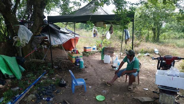 """Túp lều """"tềnh toàng"""" nơi sinh sống của ông Minh """"cô đơn""""."""