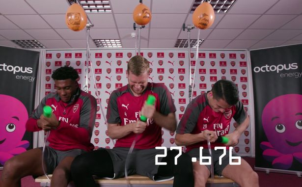 Các cầu thủ Arsenal đua nhau bơm nổ bong bong của đồng đội.