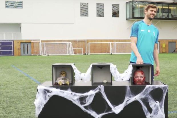 Llorente sợ quá nên tìm cách ăn gian để đoán trúng thứ trong hộp.