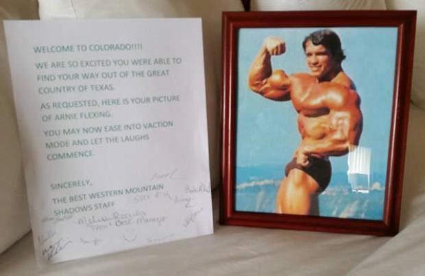 Và khi khách muốn có thêm động lực tập gym bằng cách yêu cầu ảnh của Arnold Flexing. Hẳn là toàn bộ nhân viên còn ký tên vào thư ngỏ để động viên.