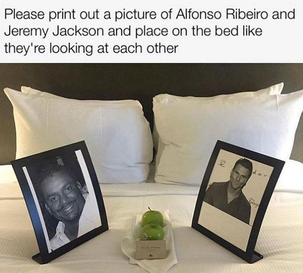 Còn đây là khi quý khách muốn có ảnh của diễn viên Alfonso Ribeiro và nam ca sĩ Jeremy Jackson được đặt… đối diện nhau trên giường thì khách sạn cũng sẵn sàng khuyến mãi thêm táo luôn.