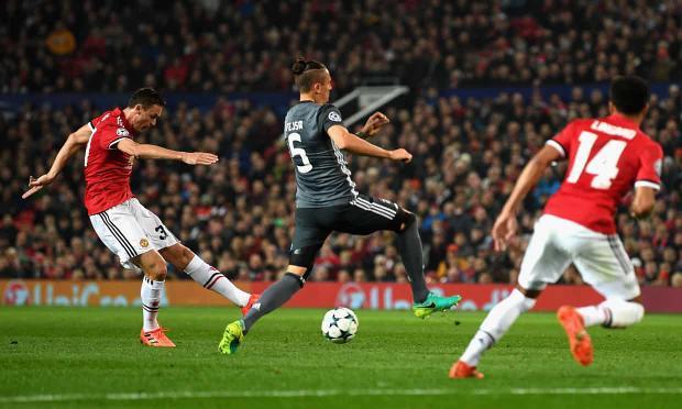 Nemanja Matic tung cú sút đưa Man Utd vượt lên trước.