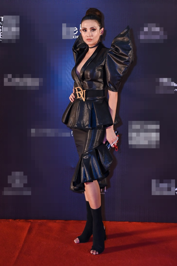 Trên thảm đỏ, Võ Hoàng Yến diện bộ trang phục tông đen có cấu trúc ấn tượng với phần tay bồng, chân váy loe. Người đẹp sinh năm 1988 còn trang điểm cá tính tạo sự khác biệt ngay khi vừa xuất hiện.