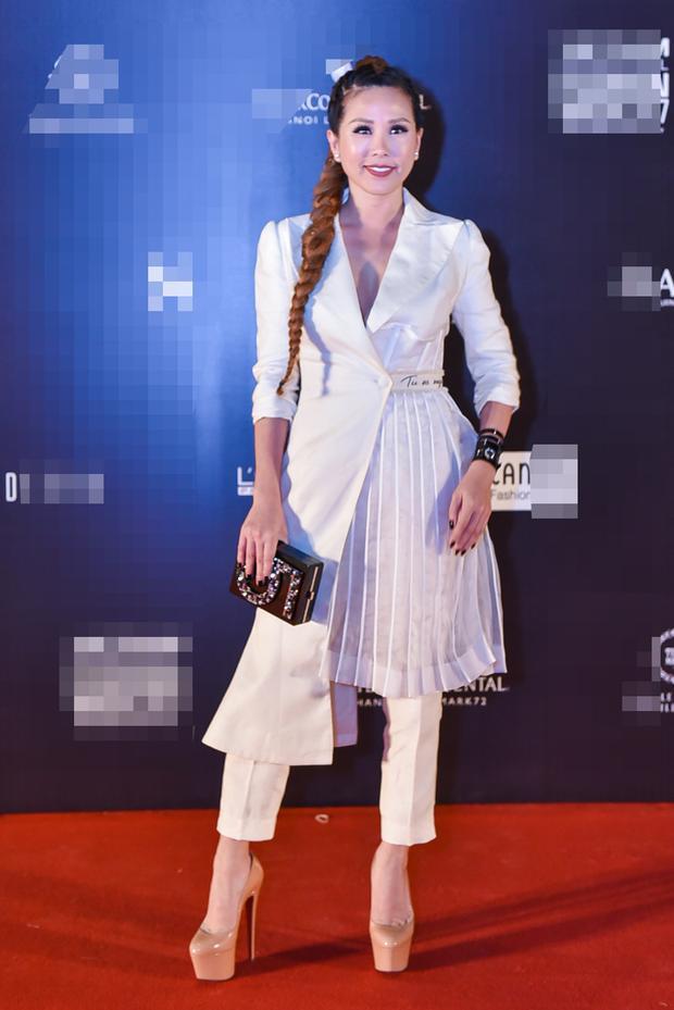 Hoa hậu Thu Hoài chọn phong cách thanh lịch với tông trắng, mái tóc tết mạnh mẽ. Cô được đánh giá cao về gu thời trang nên mỗi lần xuất hiện đều đầu tư chỉn chu cho hình ảnh cá nhân.