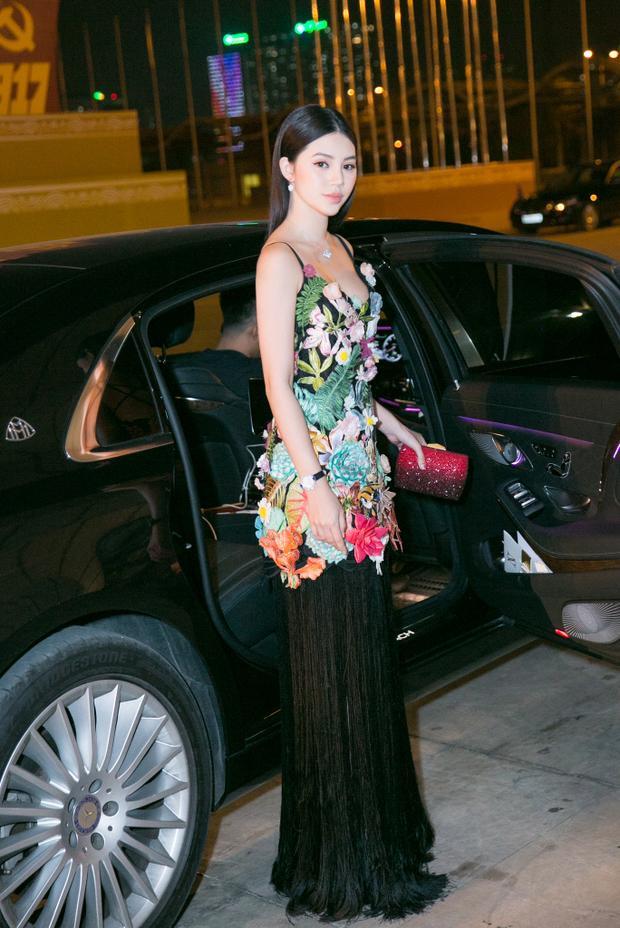 Người đẹp Jolie Nguyễn là một trong những khách mời danh dự xuất hiện tại show diễn của nhà thiết kế Nguyễn Công Trí, thuộc khuôn khổ Tuần lễ Thời trang Quốc tế Việt Nam.