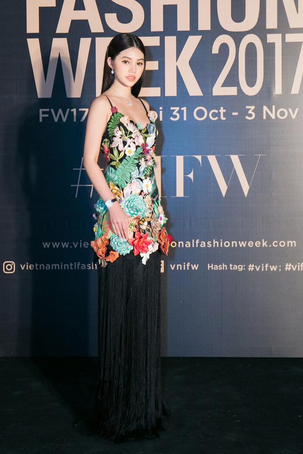 Hoa hậu 9X phối trang phục cùng phụ kiện xa xỉ của thương hiệu Chopard. Người đẹp khuyên tai và dây chuyền cùng có giá hơn 350 triệu đồng, riêng đồng hồ giá trị 1,2 tỷ đồng.