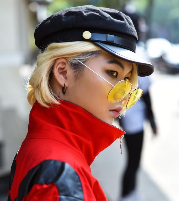 """Kính tròng vàng cùng áo khoác cổ dựng tông đỏ mà fashionista này sử dụng giúp cô nàng """"nổi bần bật"""" giữa phố, mái tóc ngắn màu sáng đi cùng kiểu kẻ mắt xếch góp phần tạo nên vẻ ngoài cá tính."""