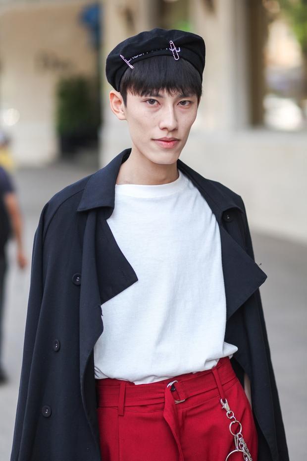 Tông màu đen, trắng, đỏ luôn là sự lựa chọn an toàn nhưng mang lại hiệu quả cao trong trang phục. Fashionisto này đem đến sàn diễn street style oufit gồm mũ nồi, áo blazer đen khoác cùng phông trắng, quần kaki đỏ, điểm nhấn dây lưng dài nổi bật.