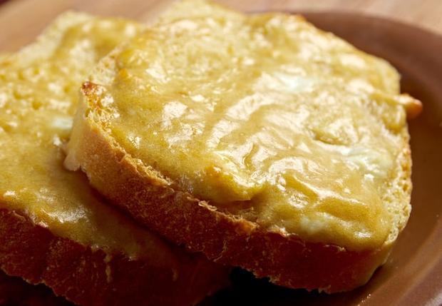 Welsh Rarebit, xứ Wales: Phô mai, bia và gia vị được nung chảy với nhau, phết lên bánh mì và nướng.
