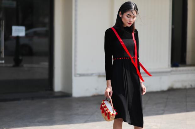 Với tông màu đỏ - đen chủ đạo, Kim Dung đã mang chúc ấm áp đáp lại không khí se lạnh của Hà Nội trong tiết chuyển mùa.