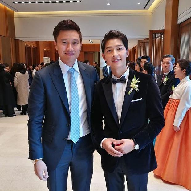 Một người bạn chia sẻ hình ảnh chụp chung với Song Joong Ki và Song Hye Kyo trong tiệc cưới tối ngày 31/10.