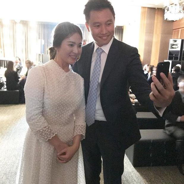 Song Hye Kyo gây chú ý với vòng 2 có phần nhô cao và thân hình mũm mĩm lên trông thấy khi mặc chiếc đầm trắng dịu dàng.