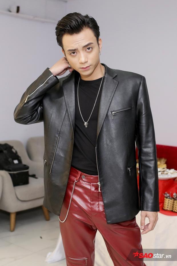Soobin Hoàng Sơn xuất hiện với style cá tính quen thuộc tại sân khấu.