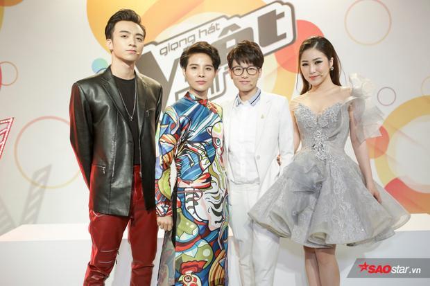 Vũ Cát Tường gây ấn tượng với áo dài, Soobin Hoàng Sơn được mẹ chăm sóc tận tình trong hậu trường ghi hình The Voice Kids