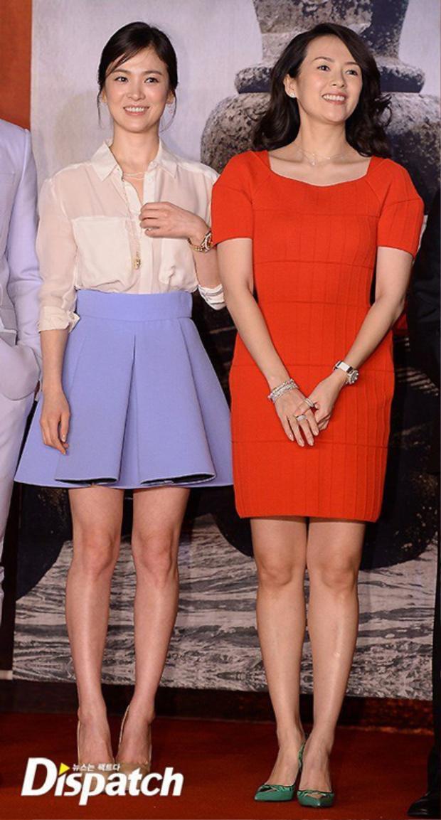 Xuất hiện xinh đẹp tại siêu đám cưới Song Joong Ki  Song Hye Kyo, Chương Tử Di vẫn bị chỉ trích vì những lý do này
