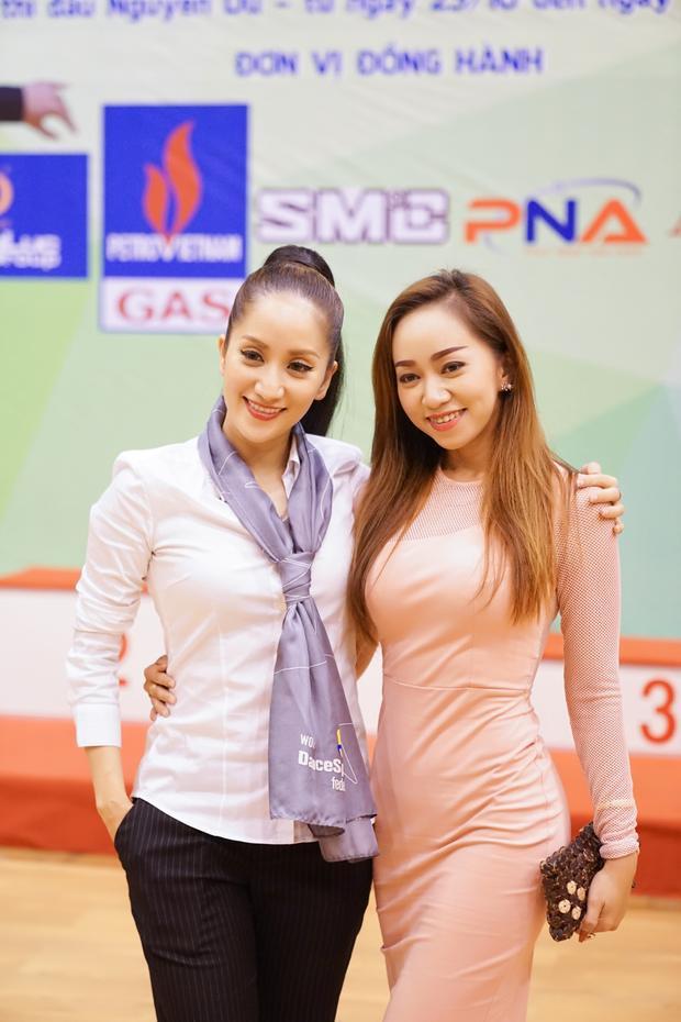 Phan Hiển hôn Khánh Thi ngay trên sàn đấu mừng chức vô địch thứ 9 liên tiếp