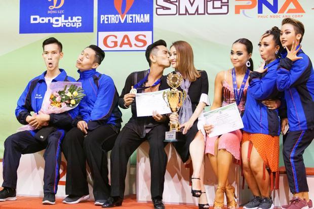 Ông xã Khánh Thi không ngần ngại hôn vợ ăn mừng chức vô địch thứ 9 của mình.