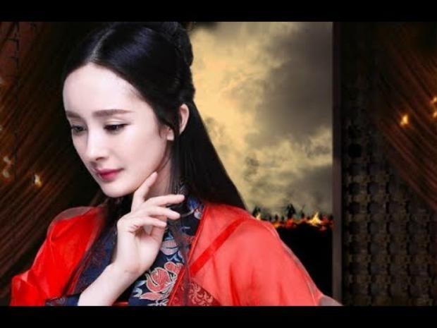 Tạo hình của Dương Mịch khá quyến rũ và quyền lực trong trang phục màu đỏ, tím than