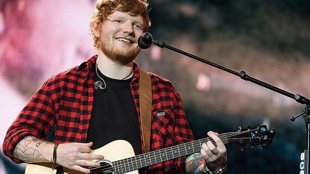 """Nam ca sĩ kiêm nhạc sĩ người Anh, Ed Sheeran, thu nhập khoảng 28,1 triệu USD trong năm 2016. Ed Sheeran được coi là ca sĩ, nhạc sĩ có thu nhập """"khủng"""" nhất làng giải trí.Cũng trong năm ngoái, tại một cuộc đáu giá từ thiện, anh đã mua bức tượng """"Ed Sheer-ham"""", với giá 8.100 USD."""