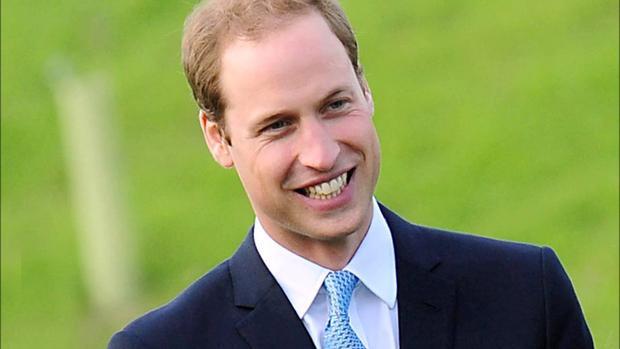 Hoàng tử Anh William được trả lương 57.917 USD cho công việc phi công trực thăng song William đã nghỉ việc từ đầu năm nay. Theo Daily Mail, hoàng tử nhận được khoản tiền lãi 13,1 triệu USD từ người mẹ quá cố cộng thêm 4,2 triệu USD mỗi năm từ cha là Thái tử Charles. Tính tổng, hoàng tử có thu nhập khoảng 2,5 triệu USD/năm. Hoàng tử được cho là chi tiền để mua các món đồ chơi môn thể thao polo. Ngoài ra, William cũng nghiện trang phụcGieves & Hawkes và kínhRay-Ban.