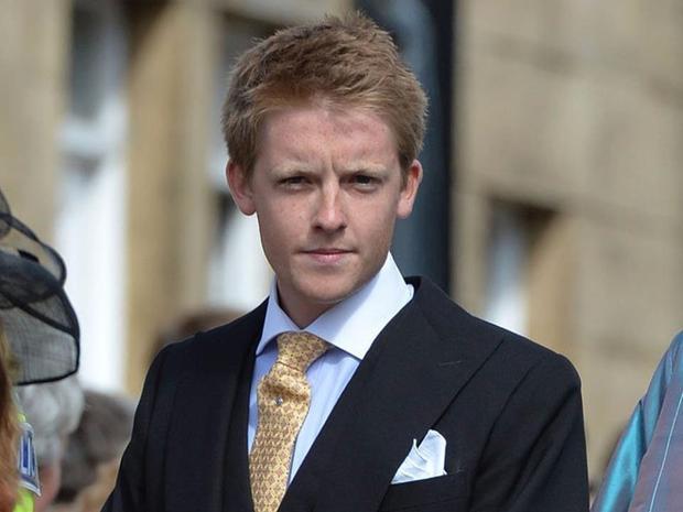 """HughGrosvenor là công tước củaxứ Westminster, Anh. Dòng họ này đã tích lũy vốn tài sản trong nhiều thế kỷ và sở hữu nhiều đất đai hơn cả Nữ hoàng. Năm 2016, tập đoàn Grosvenor thu về 104 triệu USD doanh thu lợi nhuận từ bất động sản. Công tước 26 tuổi thừa hưởng khối tài sản khổng lồ sau khi người cha tỷ phú bất ngờ qua đời năm ngoái, bao gồm các khu biệt thự và bất động sản đắt đỏ bậc nhất London. Theo ước tính, Công tước kiếm được khoảng 285.000 USD/ngày. Là người giàu có, nhưng vị Công tước được cho là không hề hoang phí hay """"ăn chơi"""". Anh sở hữu cho mình chiếc rất bình thường và chung thủy với một người bạn gái."""