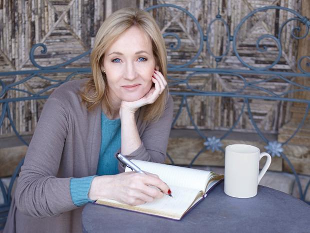 Theo Forbes, thu nhập của JK Rowling, tác giả bộ truyện nổi tiếng Harry Potter trong năm 2016 là 95,1 triệu USD, tương đương 260.000 USD/ngày.Nữ tác giả làm giàu từ việc viết sách, phim, các chương tình giải trí, kịch và một số dự án khác.Bà sống cùng chồng và 3 người con tại Edinburgh.