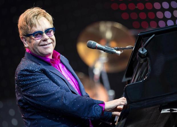 Theo ước tính, Elton John này đã thu về 60,1 triệu USD trong năm ngoái, phần lớn từ các buổi biểu diễn cũng như tiền bản quyền từ những tác phẩm của ông.Elton cùng người bạn đời đồng tính David Furnish có hai con trai. Họ sở hữu nhiều căn hộ tại Anh và Mỹ.