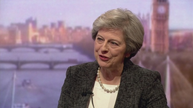 Thủ tướng Anh nhận lương 197.971 USD/năm, tương đương 542 USD/ngày. Số tiền này không đủ để bà mua một chiếc quần da của thương hiệu nổi tiếng với giá 1.309 USD.Nữ thủ tướng Anh được đánh giá là chi tiêu khá tiết kiệm. Trên thực tế, bà phải trả tiền nếu muốn giữ lại những món quà đắt tiền được tặng. Năm nay, bà May chi 651 USD cho đôi giày của nhà thiết kế Charlotte Olympia, 210 USD cho một chiếc vòng và 230 USD cho một chiếc bút máy.