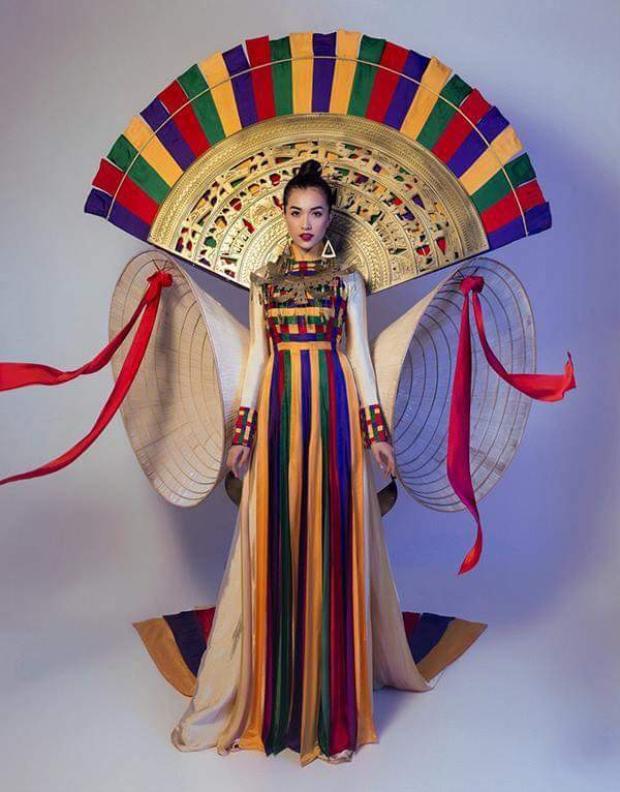 Như đã được công bố, trang phục truyền thống mà đại diện Việt Nam - Nguyễn Thị Loan - sẽ đem đến đấu trường nhan sắc thế giới là thiết kế mang tên Hồn Việt, lấy ý tưởng từ áo dài kết hợp cùng chiếc nón lá. Kỹ thuật đan lát mang đậm tinh thần truyền thống Việt cũng trở thành chi tiết ấn tượng cho bộ quốc phục.