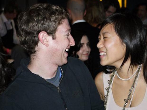 """Priscilla Chan và Mark Zuckerberg gặp nhau lần đầu khi đang xếp hàng vào nhà vệ sinh tại một bữa tiệc ở Đại học Harvard vào năm 2003. """"Hội nhóm"""" của Zuckerberg khi đó, Alpha Epsilon Pi, có tổ chức một bữa tiệc và Chan, một sinh viên năm hai vùng Boston, cũng có mặt ở đây."""