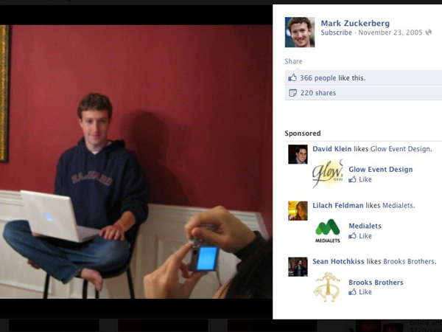 Chan là người luôn bên cạnh Zuckerberg sau những thăng trầm. Ở hình ảnh này, Chan đang giúp Zuckerberg chụp ảnh cho một bài viết trên BusinessWeek.
