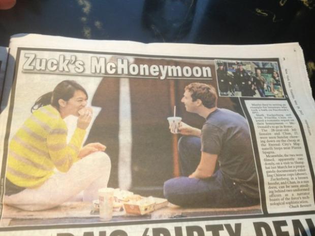 """Năm 2012, hai người cũng tận hưởng một kì nghỉ """"tiết kiệm"""" khác ở Hawaii, cùng lướt sóng và ăn burger, theo The Daily Mail."""