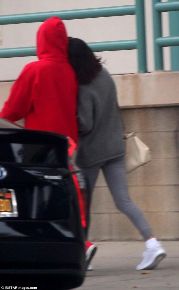 Selena Gomez khoác tay và ngả đầu vào vai Justin Bieber.