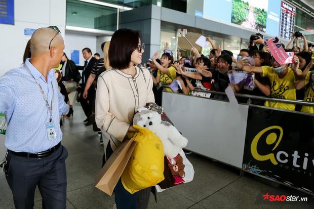 Trên tay các thành viên là những túi quà từ V-Queen's.