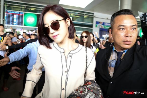 Eunjung là thành viên bước ra đầu tiên trong tiếng hò hét của hàng trăm fan.