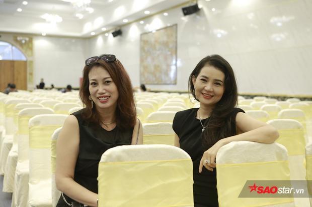 Hai Á khôi doanh nhân 2017 Mỹ Lệ (trái) và Bảo Châu (phải) lỡ hẹn tuyển sinh ở khu vực TP.HCM đã tranh thủ về Cần Thơ dự tuyển.