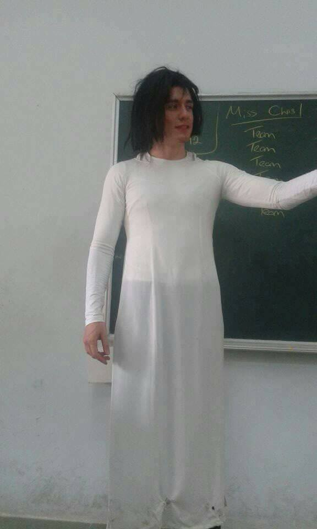 Thầy giáo Tây siêu lầy lội khi hóa trang thành cô giáo khiến học trò thích thú