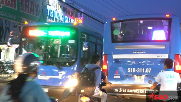 Xe buýt lưu thông qua khu vực này nếu không cẩn thận, rất dễ va quẹt vào nhau.