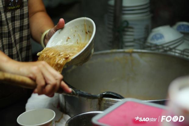 Mì cọng nhỏ được giới thiệu là một trong những món ăn nhất định phải thử khi đến Đài Loan. Mì được nấu với những cọng mì có kích thước chỉ nhỉnh hơn so với cây tăm. Đặc biệt, mỗi gian hàng tại đây sẽ chế biến món mì này với các loại nguyên liệu khác nhau như lòng già, cá, nấm…