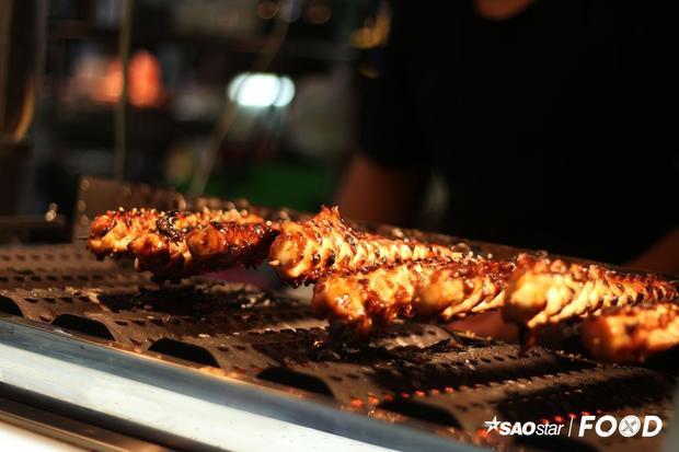 Mực nướng lốc xoáy: Nếu đã quen với khoai tây lốc xoáy, bạn đừng bỏ qua món mực lốc xoáy tại chợ đêm Shilint. Mực được xắt thành miếng, ướp gia vị, xỏ que và nướng than. Món ăn này có giá 60 Đài tệ (42.000 đồng).
